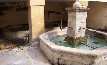 Fontaine et lavoir à Oraison