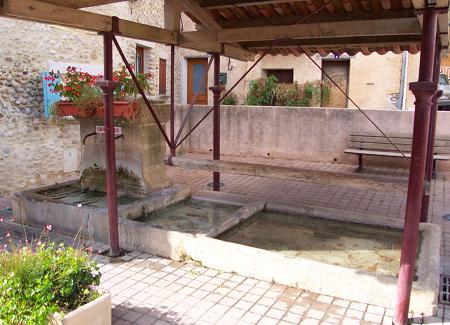 Oraison, fontaine et lavoir alimentés par la mine d'eau de la Boucharde